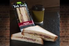 Сэндвич с Ростбифом и корнишонами в соусе тар-тар