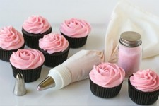 <p>Украшение кремом не только придает готовым тортам и пирожным еще более аппетитный вид, но и помогает скрыть небольшие изъяны (например, неровность поверхности).</p> <p><br />В интернет-магазине Baker.by вы найдете прочные кондитерские мешки и разнообразные наконечники к ним. Этот инвентарь поможет создавать декор любой сложности.</p>